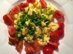 Munakas-ruohosipuli-tomaatti lounas